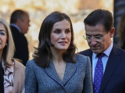 La Reina Letizia recupera el perfecto traje de chaqueta y falda de su fondo de armario