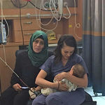 Una enfermera judía amamanta a una bebé palestina cuya madre resultó herida en un accidente