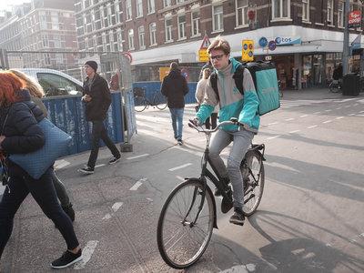 La Inspección de Trabajo insiste, ahora en Madrid: los 'riders' de Deliveroo no son autónomos, son asalariados