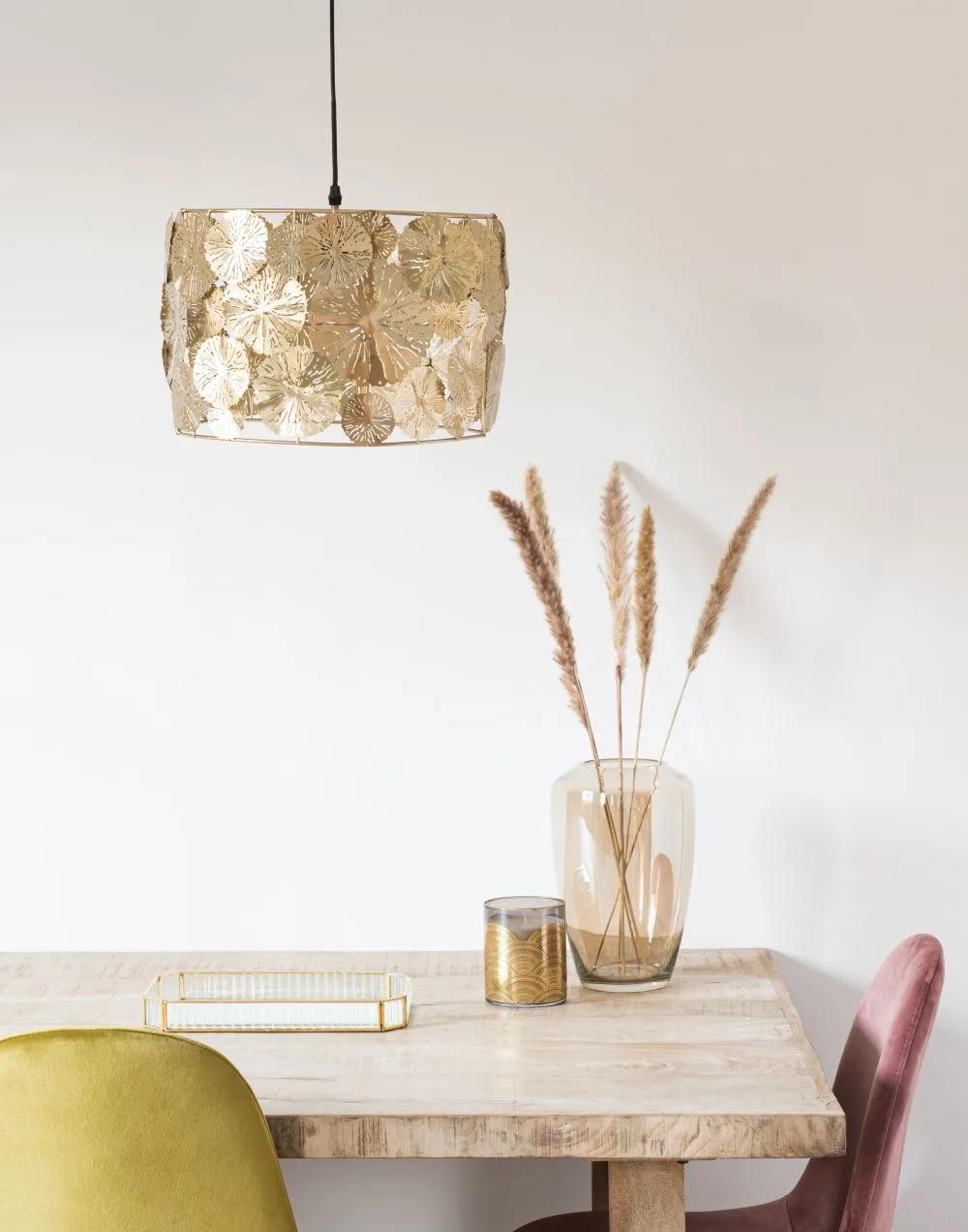 Lámpara de techo de flores de metal cincelado dorado.