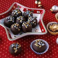 Bombones fáciles de mazapán con corazón de avellana. Receta de Navidad
