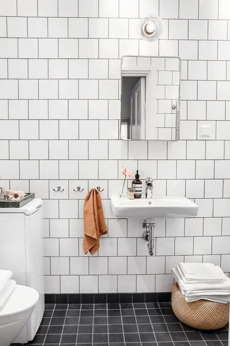 Espejos de lavabo redondos,  biselados y pequeños que son tendencia en el cuarto de baño