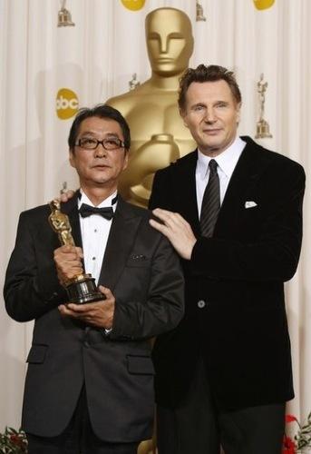 Liam Neeson Yokiro Takita en los Oscar 2009