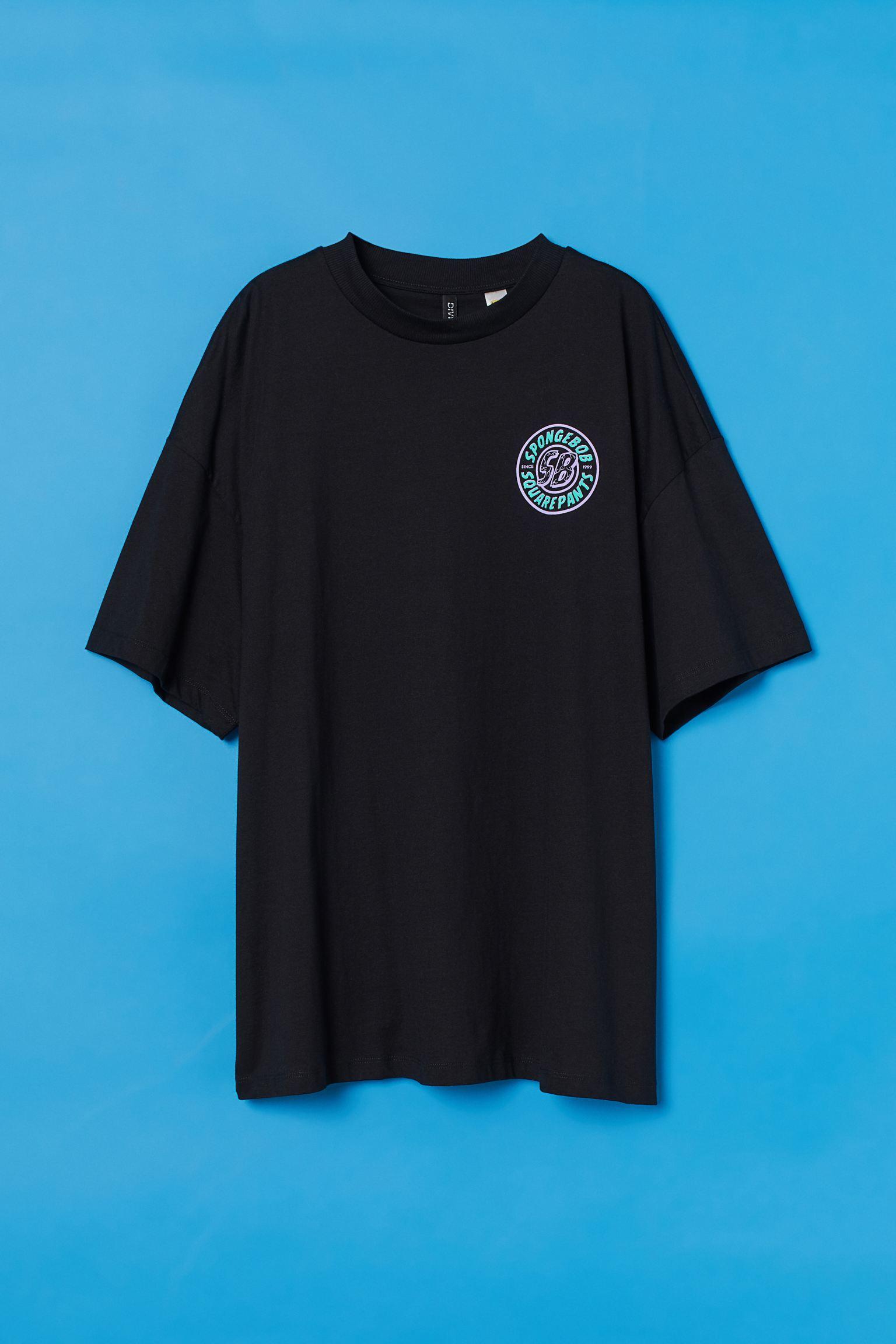 Camiseta oversize en punto suave de algodón con motivo estampado. Modelo de media manga con cuello redondo y hombros caídos.