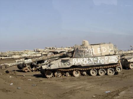 Cementerio de tanques en Camp Taji, Irak