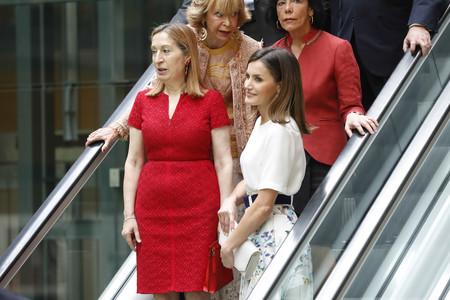 La Reina Letizia acude a un acto de la Fundación 'Mujeres por África' y su falda se convierte en la protagonista