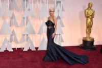 Rita Ora rescata el glamour de los 50 para la alfombra roja de los Oscar 2015