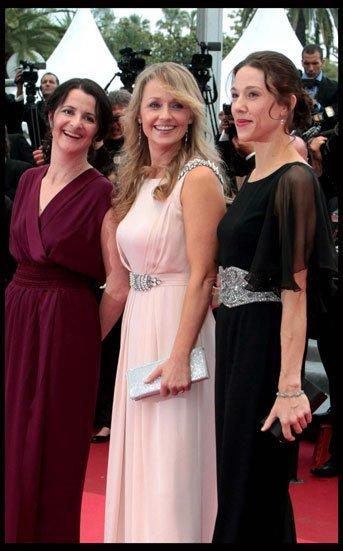Rachael Blake o cómo llevar un clutch Swarovski con estilo en Cannes 2011