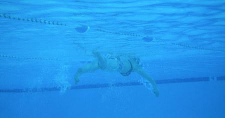 Cómo nadar a crol para conseguir un pectoral con más volumen y definición