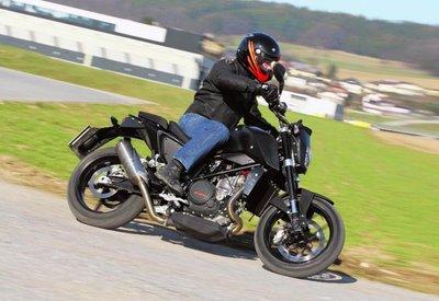 La KTM 690 Duke 2012 ya rueda por la calle en manos de la prensa especializada