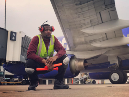 El empleado de un aeropuerto convierte la pista de despegue en una pista de baile