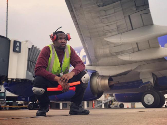 El Empleado De Una Aerolinea Convierte La Pista De Despegue En Una Pista De Baile