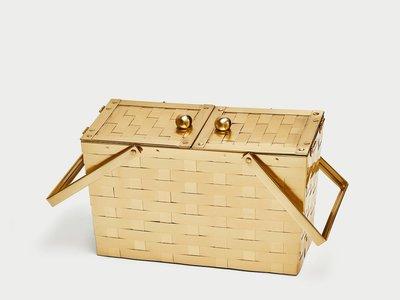 Así es la cesta dorada de Zara que parece que se agotará en unas horas