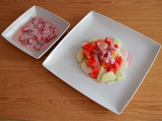 Ensalada de frutas con salsa de yogur de fresa sin lactosa