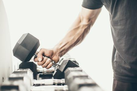 Nueve ejercicios con mancuernas y barra para trabajar tus bíceps