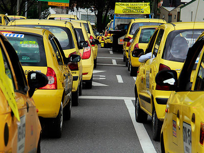 Los taxistas en Bogotá recibirán tarjetas crédito y serán calificados con una nueva aplicación