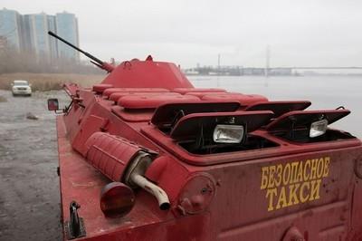 Utilizar como taxi un coche anfibio del ejército es una opción interesante si vives en Rusia