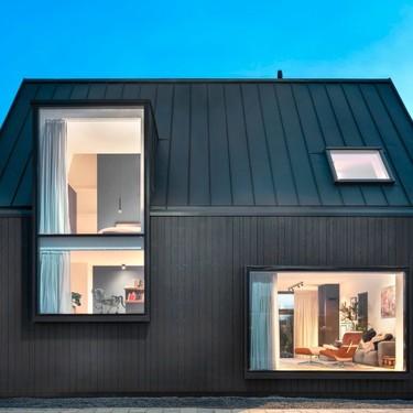 Esta sencilla casa cambia completamente de estilo al tener enormes ventanales que rompen con los estereotipos
