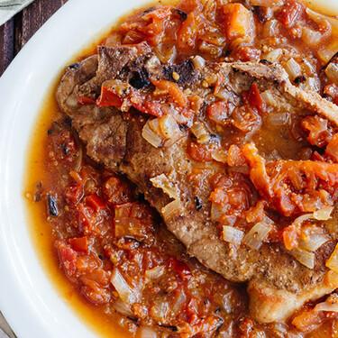 Chuletas de cerdo en salsa de vino blanco con cebolla y jitomate. Receta rápida