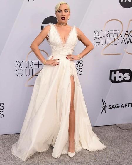 Blanca y radiante llegó Lady Gaga en los SAG Awards 2019