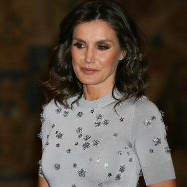Doña Letizia vuelve a lucir un look de noche sobresaliente con un vestido de fiesta ideal