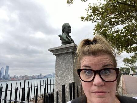Una profesora viaja por Estados Unidos para dar sus clases online desde los lugares donde ocurrió la historia que enseña