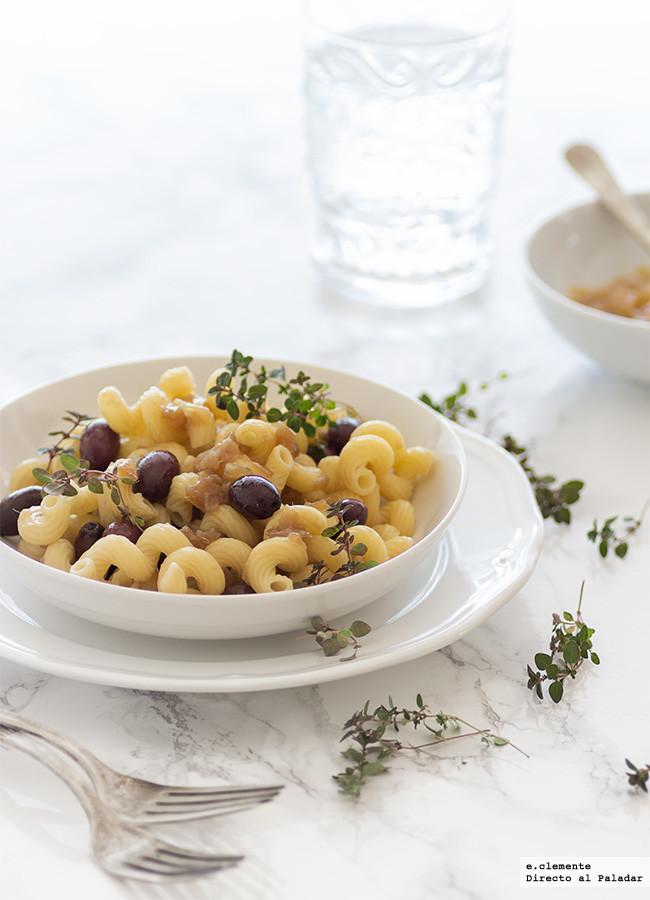 Pasta con cebolla caramelizada, olivas negras y anchoas