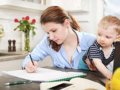 ¡Más difícil todavía! Comunican a una estudiante que no puede ir a la Universidad con su bebé