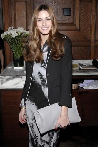 Olivia Palermo apuesta por un vestido gris y negro para esta Navidad, con prendas de Zara