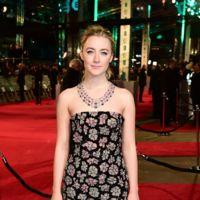 Saoirse Ronan brilla como nunca con un vestido negro y rosa en los Premios BAFTA 2016