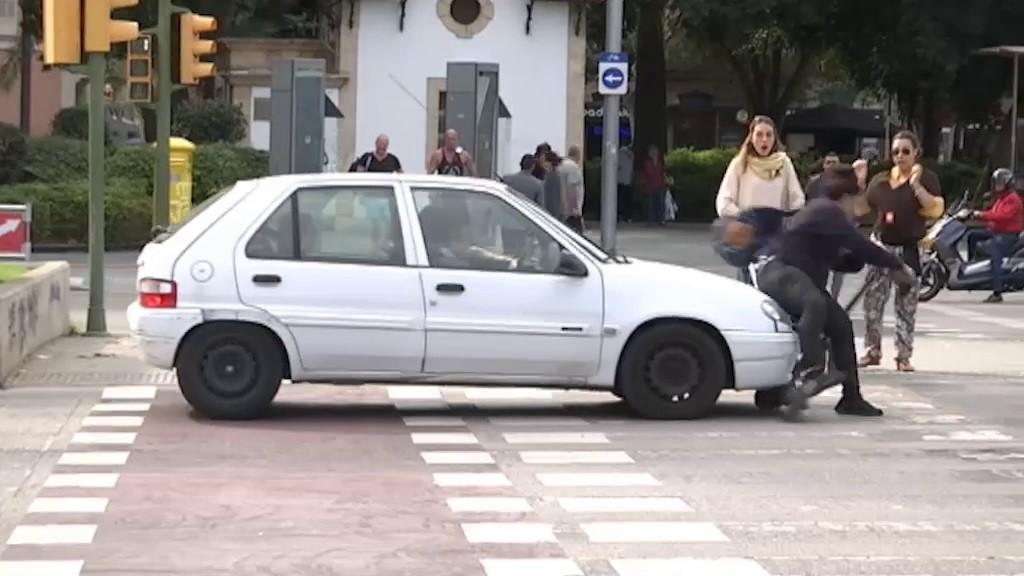De aprobadísima en la tele a ser atropellada con su patinete eléctrico por saltarse un semáforo en rojo (y en vídeo)