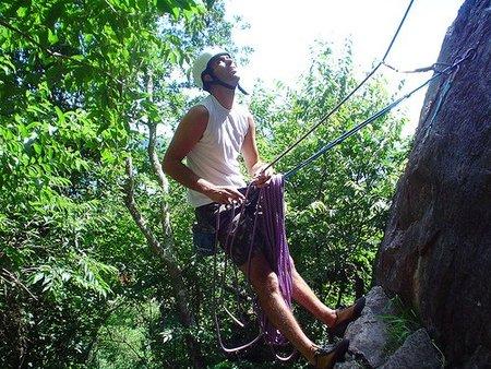 Padre escalando