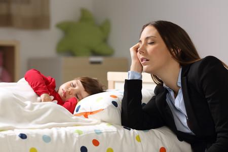 Madre Cansada Con Nina Dormida