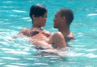 Rihanna chapotea feliz en la piscina con su nuevo ¿novio?