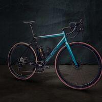 """La bicicleta eléctrica más ligera del mundo parece una bici normal: el truco está en la """"botella de agua"""" que no es tal"""