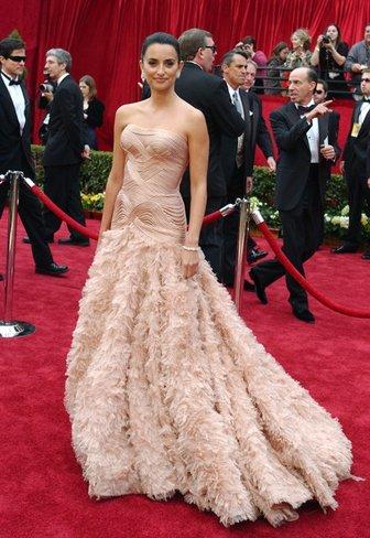 El vestido de novia de Penélope Cruz: sus mejores looks con vestidos de fiesta blancos. Versace