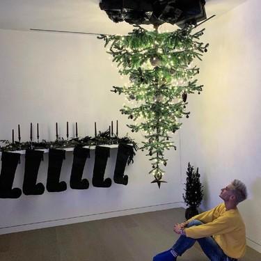 Ariana Grande ha decidido poner su árbol de Navidad colgando del techo y del revés (y sabemos el motivo)