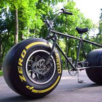 ¡No es fake! Esta locura sin sentido es una bicicleta con neumáticos de un coche de Fórmula 1