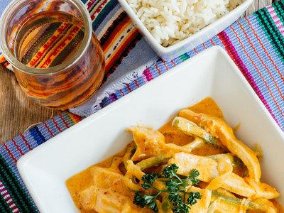 Fajitas de pollo en crema de chipotle. Receta mexicana fácil