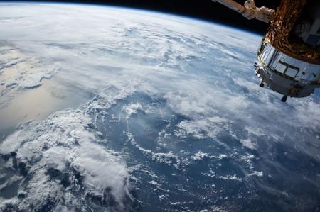 450 1000 Lanzar miles de satélites como hacen #SpaceX o #Amazon tiene sus riesgos: será más difícil encontrar qué asteroides pasan cerca de la Tierra