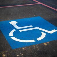 La DGT no quitará puntos del carnet de conducir por aparcar en plazas reservadas para personas con discapacidad