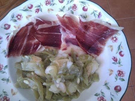 Comidas saludables para los niños: judías verdes y patatas rehogadas con tapas de jamón ibérico