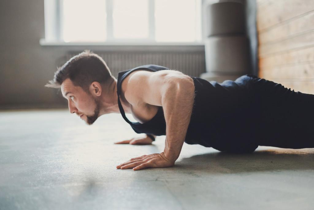 Ganar masa muscular durante la cuarentena: cómo hacer un entrenamiento completo con poco material
