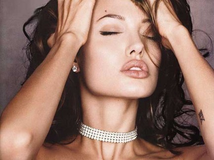 Angelina Jolie se acostó con el novio de su madre a los 16 años