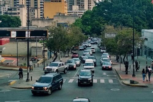 """""""Donde sea, te pueden quitar el carro y matarte para conseguirlo"""". Así viven los conductores la gran crisis de Venezuela"""