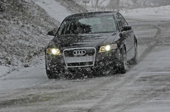 Coche rodando con nieve