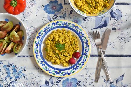 Revuelto jugoso de tofu al curry: receta saludable vegana y rica en proteías