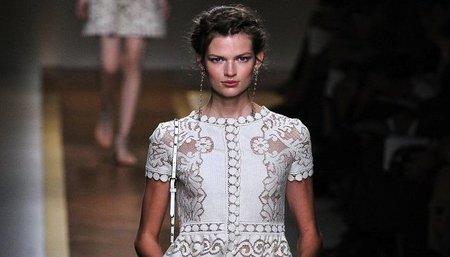 Valentino y sus propuestas de peinados: trenzas estilo griego para el 2012