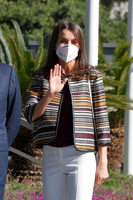Doña Letizia apuesta por un look primaveral ideal para ir a trabajar: zapatos rojos y pantalones blancos, una combinación 10
