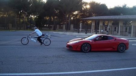 Ferrari 430 Scuderia vs bici con cohete a 333 km/h, en busca de un récord impresionante